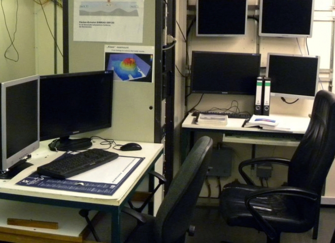 Gabinete de control de adquisición de datos con ecosondas de barrido tipo EM122 y perfilador de subsuelo oceánico tipo Atlas. (Alejandro Tassone)