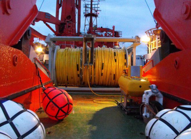 <em>Streamer</em> o cabo sísmico en popa del BO Austral. Fuente: Alejandro Tassone – Roberto Violante.