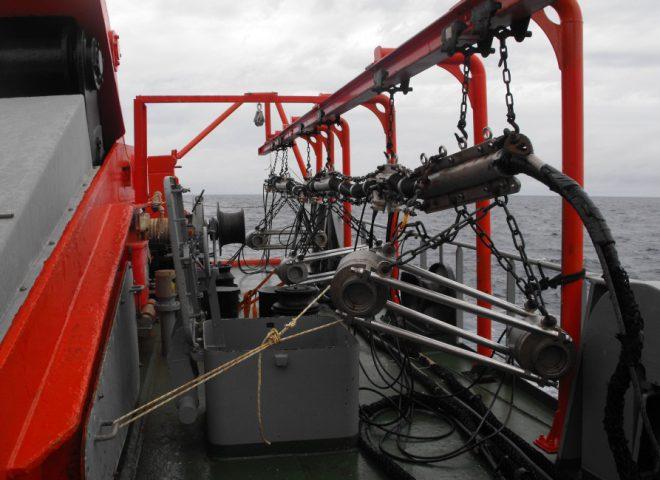 Cañones de aire que se utilizan para generar señal acústica, colocados en popa del BO Austral, listos para ser sumergidos. Fuente: Alejandro Tassone – Roberto Violante.