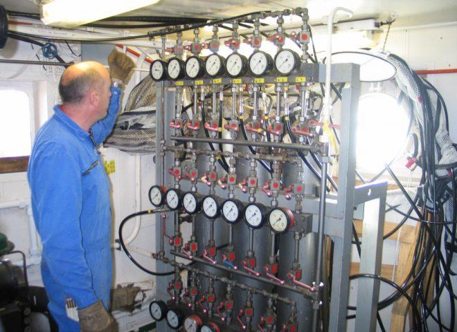 Compresor generador de aire a alta presión para alimentar a cañones utilizados en generación de señal acústica. Fuente: Alejandro Tassone – Roberto Violante.