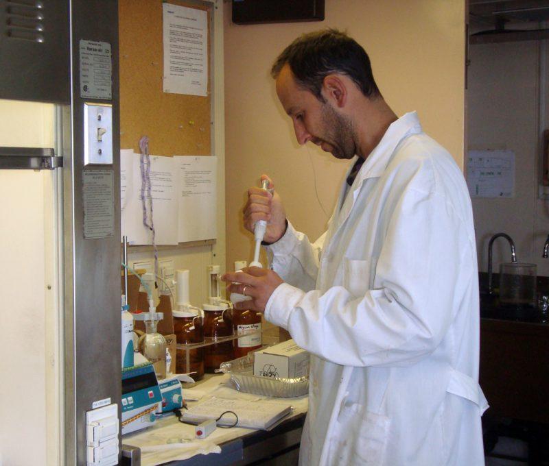 Laboratorio. Buque Coriolis II – febrero 2014. Fuente: José Luis Esteves.